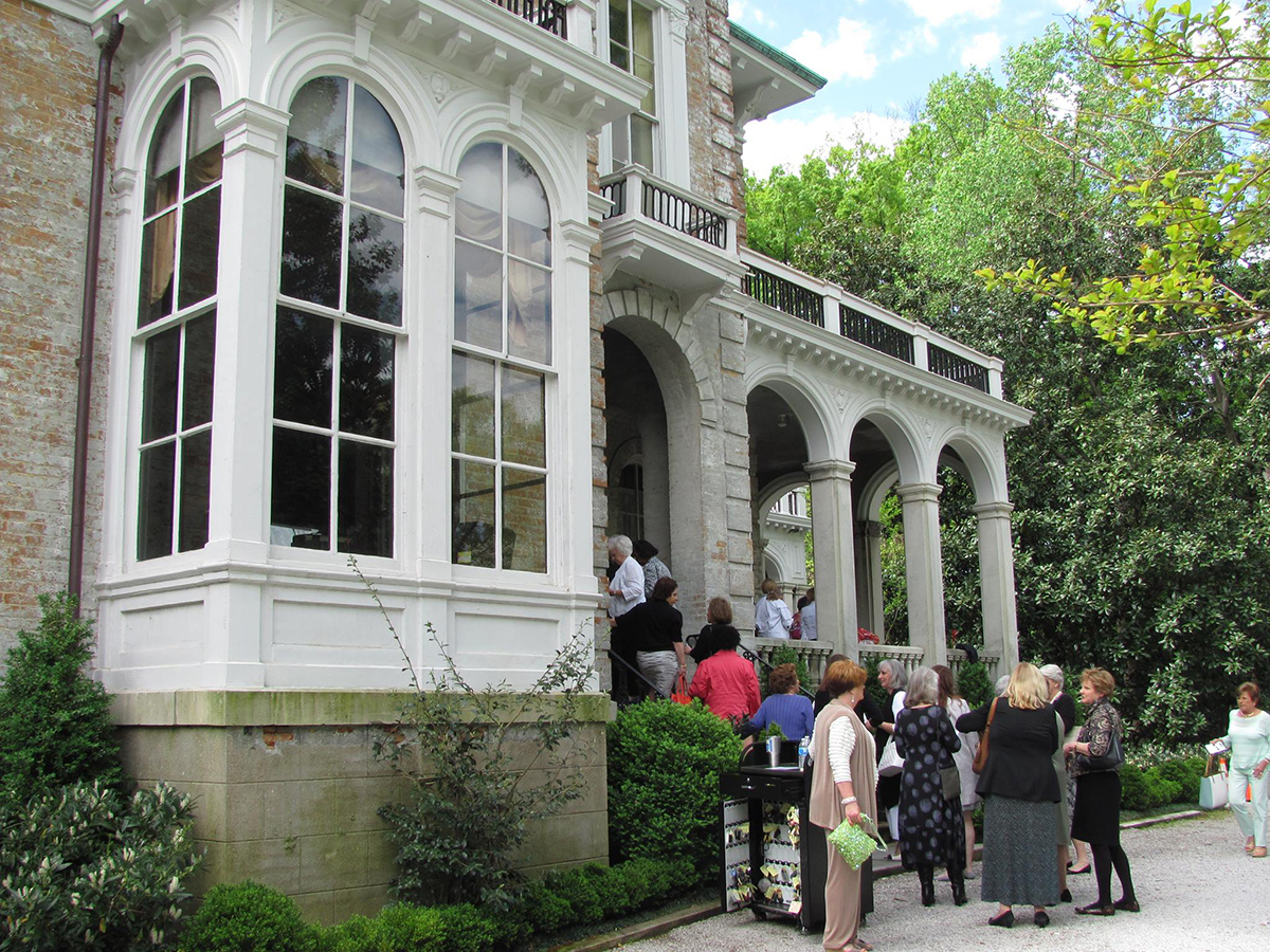 Arriving_at_Annesdale_Mansion